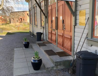 Påskblommor utanför nyköpings vandrarhem